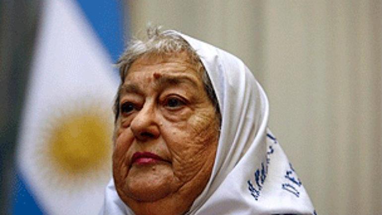 La presidenta de las Madres de Plaza de Mayo se convirtió en una inesperada aliada del cuestionado jefe del Ejército (foto: AFP)