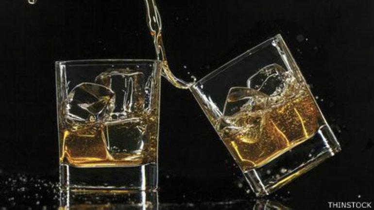 """El whisky contiene altos niveles de """"congéneres"""", que pueden producir peores  resacas que las bebidas más claras."""