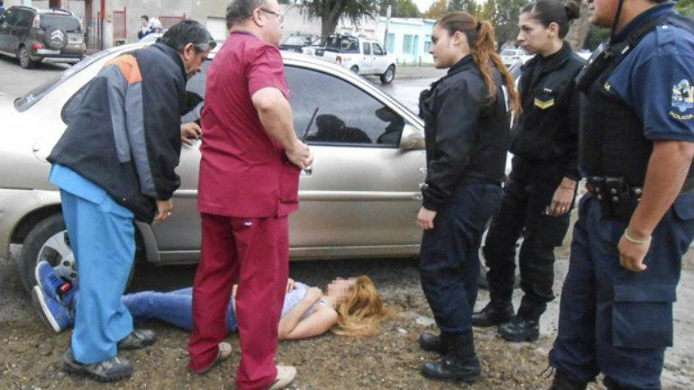 La joven no permitió ser asistida por el equipo médico que llegó a bordo de una ambulancia y sólo permitió ser ayudada por dos mujeres policías.