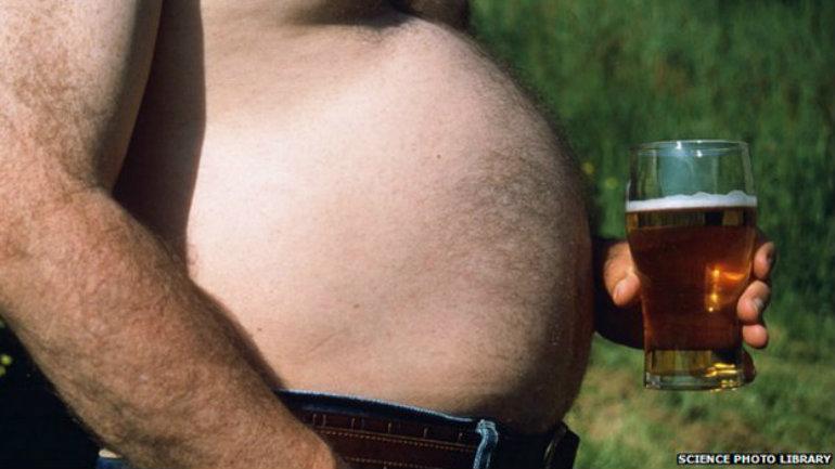 Beber demasiado alcohol puede contribuir a la obesidad.