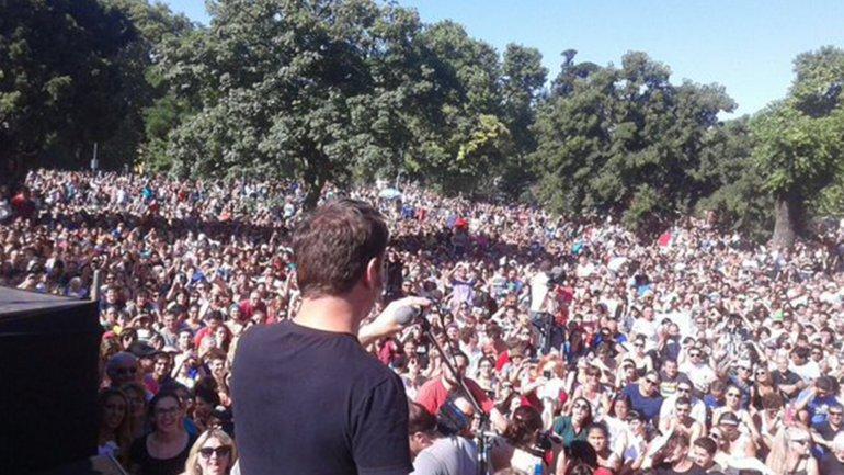 Axel Kicillof habla a la multitud durante uno de los actos militantes que se realizaron en Parque Centenario