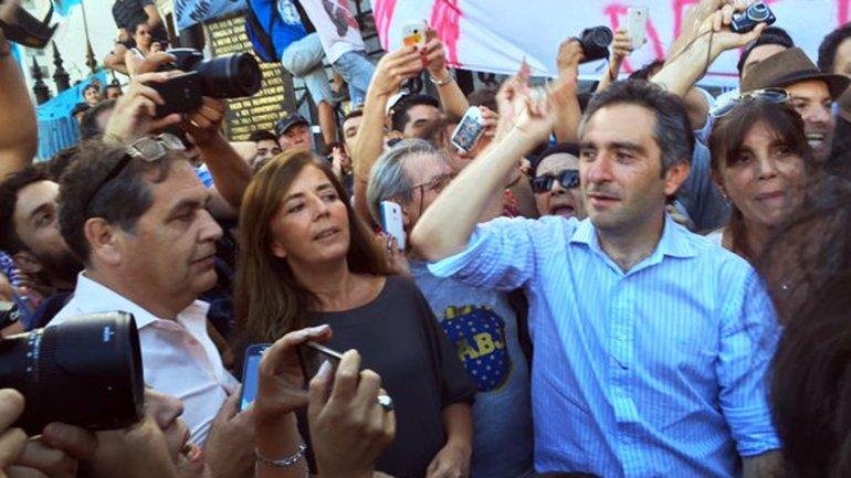 """Andrés """"Cuervo"""" Larroque y Gabriela Cerruti en una marcha al Congreso, acompañados por fieles seguidores del anterior gobierno nacional"""