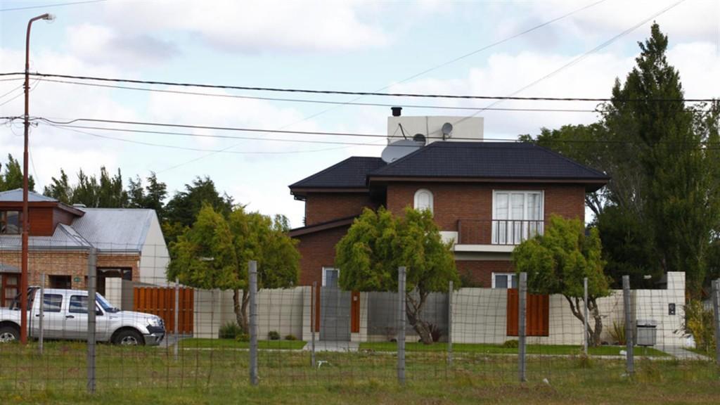 Cristina Kirchner vive en un chalet por el que la firma Los Sauces pagó 250.000 dólares. Le compró la propiedad a Negocios Patagónicos S.A., sociedad vinculada a Osvaldo Sanfelice