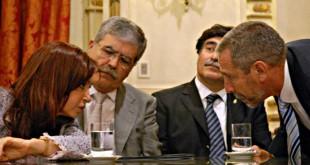 "Cristina Kirchner escucha atenta a Ricardo Jaime, mientras son testigos del diálogo Julio De Vido, el ministro de Planificación, y Carlos Zannini, otro ""pingüino cordobés-santacruceño"" que llegó a Casa Rosada en 2003"