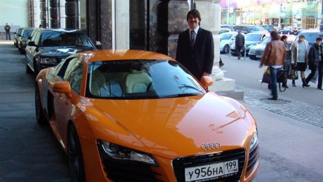 Su gusto por los autos lujosos y deportivos. Foto: Facebook