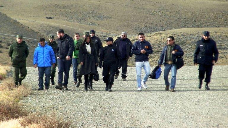 El fiscal Guillermo Marijuán camina junto a sus colaboradores, durante uno de los allanamientos que encabezó la semana pasada