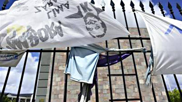 Banderas en homenaje a Kirchner, a fines de diciembre, en la puerta del Mausoleo donde descansan sus restos