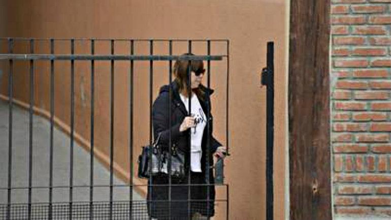 Luciana Báez ingresando a su casa en medio de los allanamientos. Foto Opi Santa Cruz.