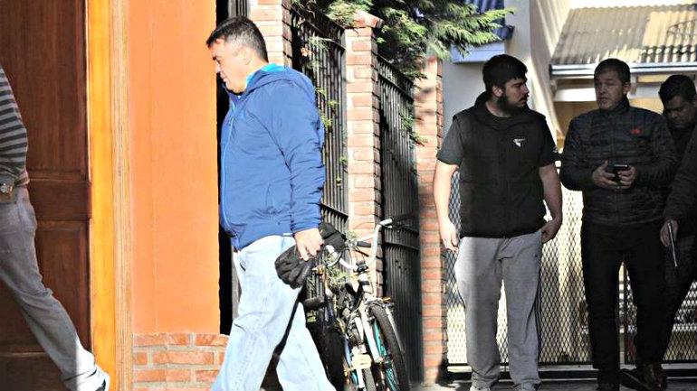 El fiscal Marijuan sale de la Casa de Leandro Baez ( de barba y en manga corta).