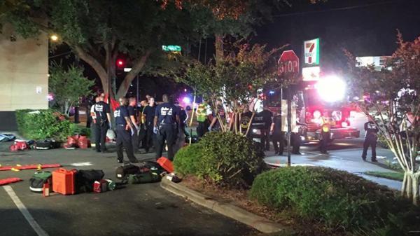 """Agentes policiales realizaron una """"explosión controlada"""" frente a la discoteca. (@la_informacion)"""
