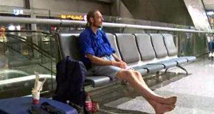Los medios de China difundieron una imagen del hombre aguardando en el aeropuerto