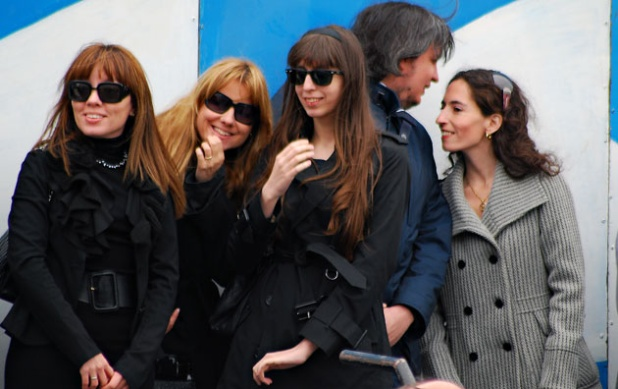 Natalia y Romina Mercado, con Florencia, detrás su hermano Máximo y su mujer Rocío García.
