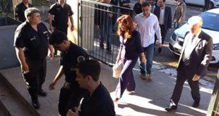 Cristina ingresó ayer muy temprano a los tribunales y expuso por las redes las ausencias en el juzgado. Foto: DyN